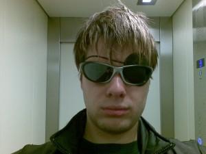 Die Sonnenbrille ist nicht zum Prollen, sondern diente als Schutz ;-)